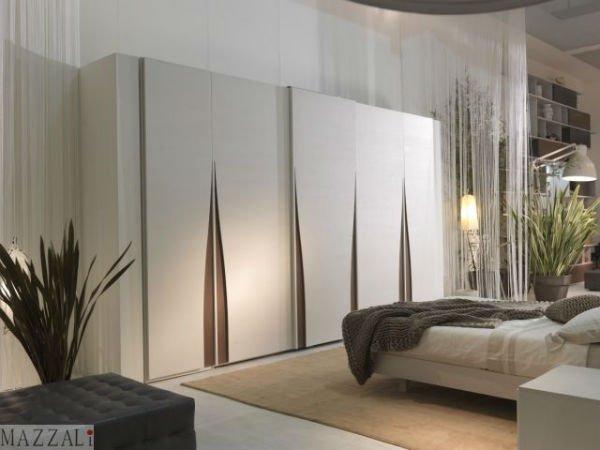 un armadio di color  bianco in una camera da letto moderna