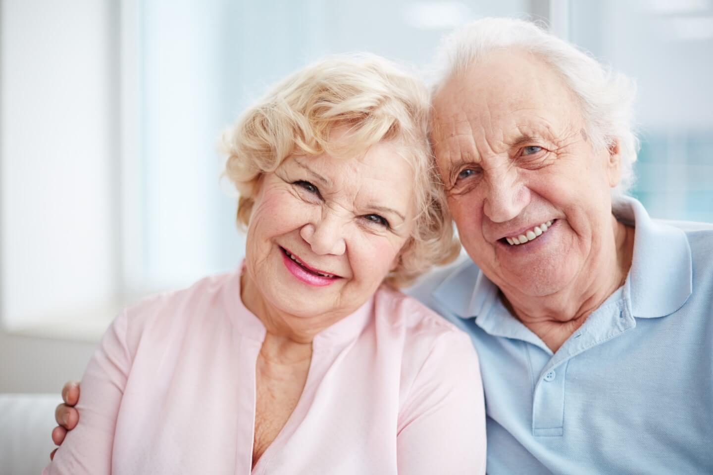 coppia di anziani sorridente