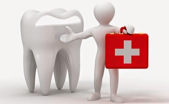 dente con omino bianco che tiene in mano la cassetta del pronto soccorso