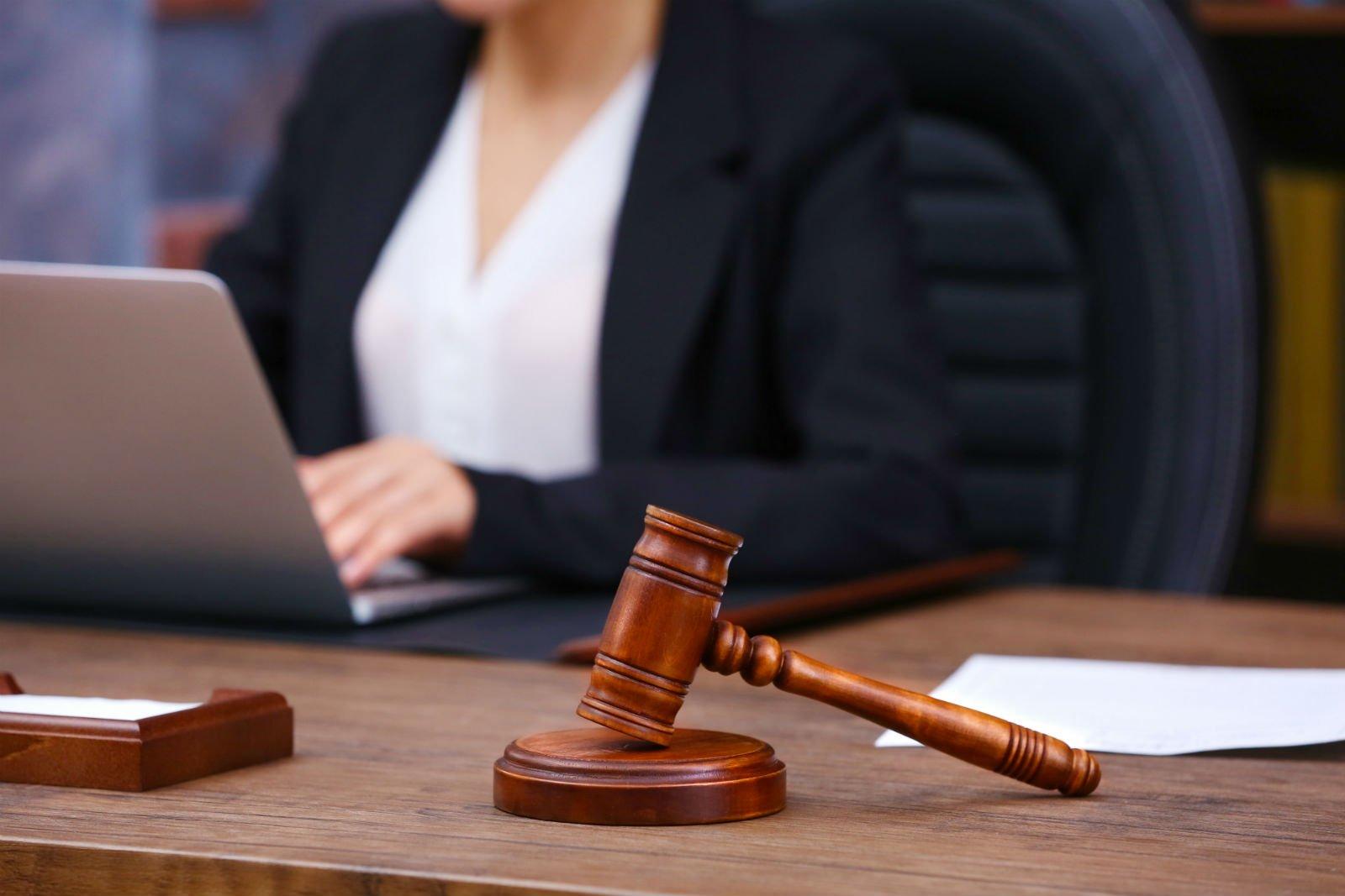 martelletto da giudice su una scrivania