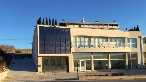 Vista frontale di un edificio con pannelli solari