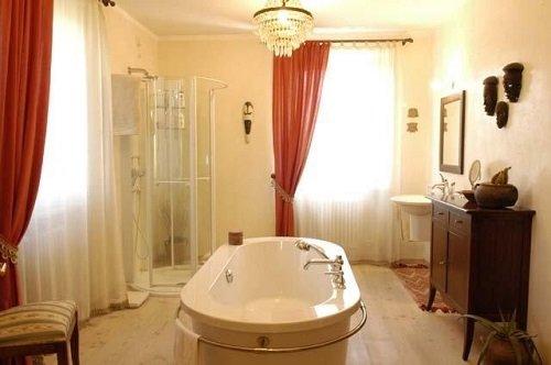 Stanza con vasca da bagno