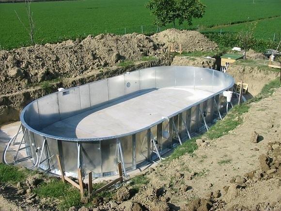 vasca di una piscina in fase di costruzione