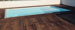Piscina con decking in legno