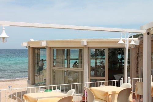 dei tavoli e delle sedie all'esterno e vista del ristorante
