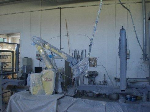 Interno della fabbrica, macchine coperte con materia plastica