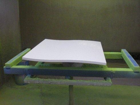 Pezzo ondulato laccato in bianco