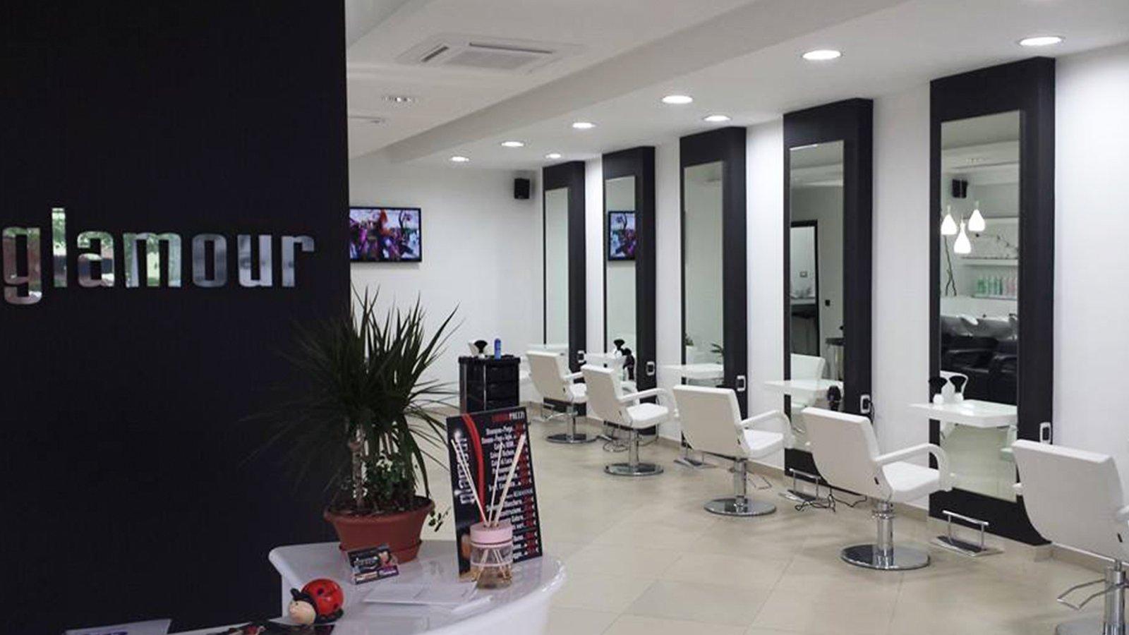 vista della scritta Glamour sul muro e delle sedie all'interno di un negozio di parrucchieri
