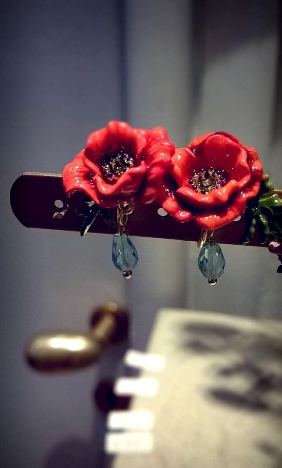 orecchini a forma di rosa rossa con pendente a forma di goccia