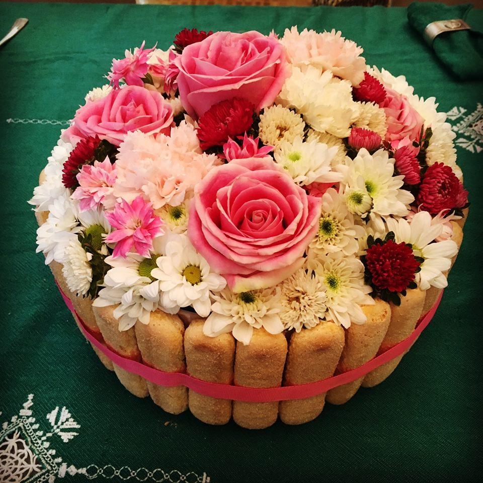 torta decorata con rose vere