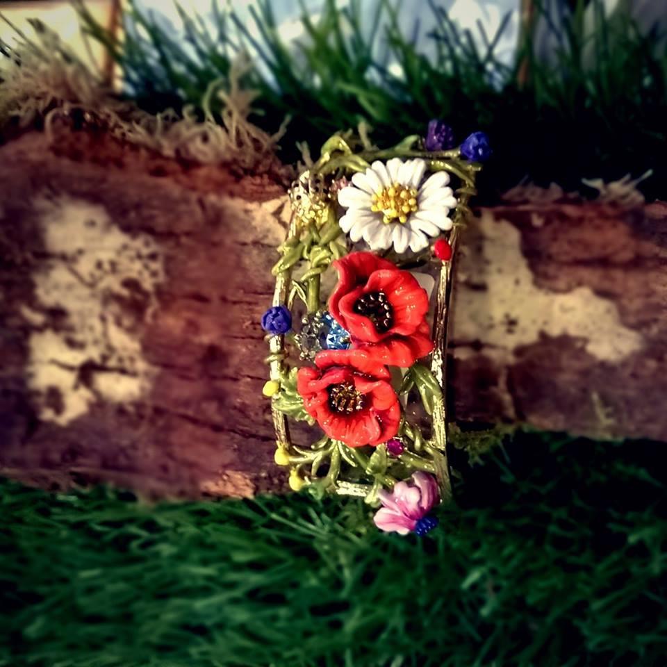 bracciale con struttura rigida e fiori in ceramica applicati