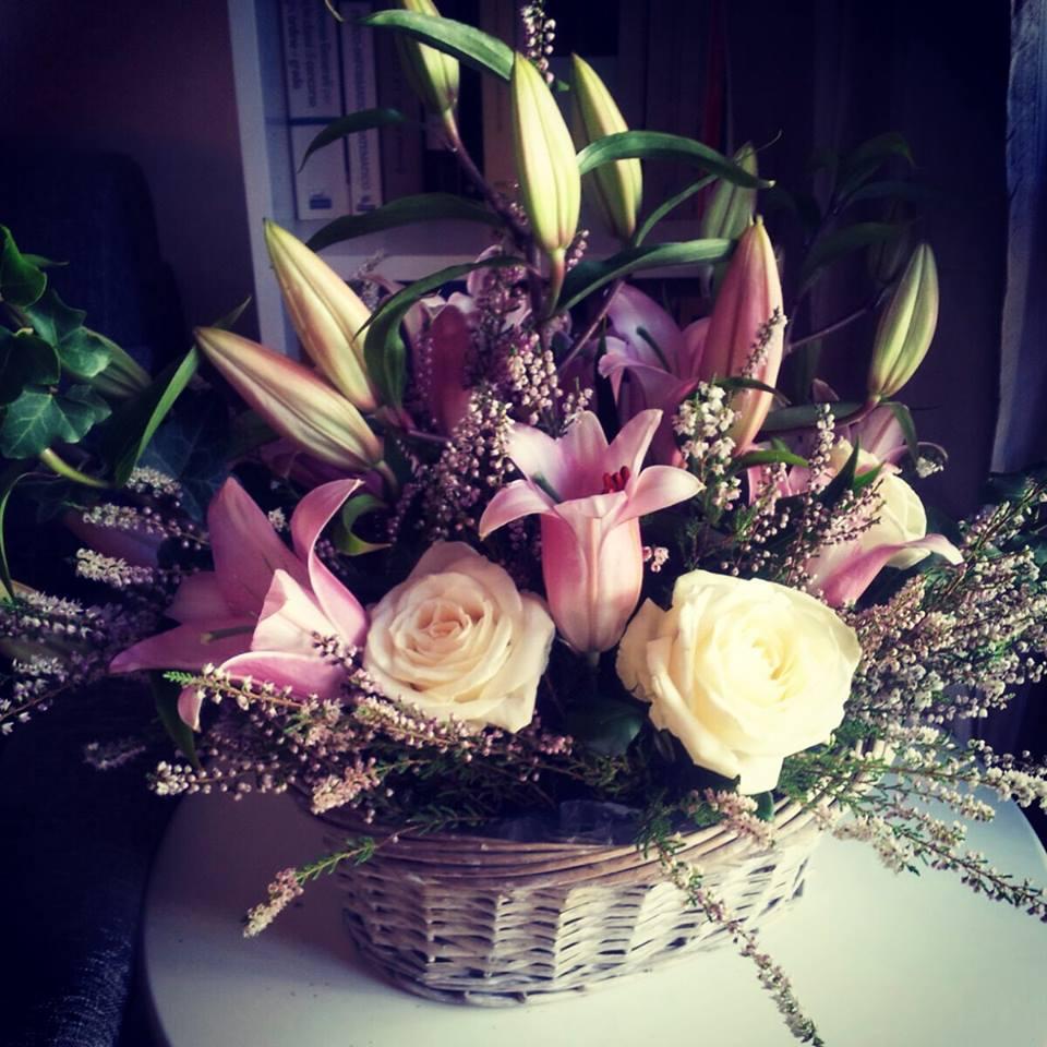 cesta di fiori vari rosa e viola