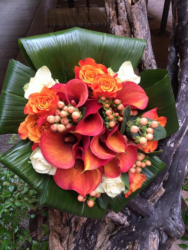 composizione di calle corallo e altri fiori