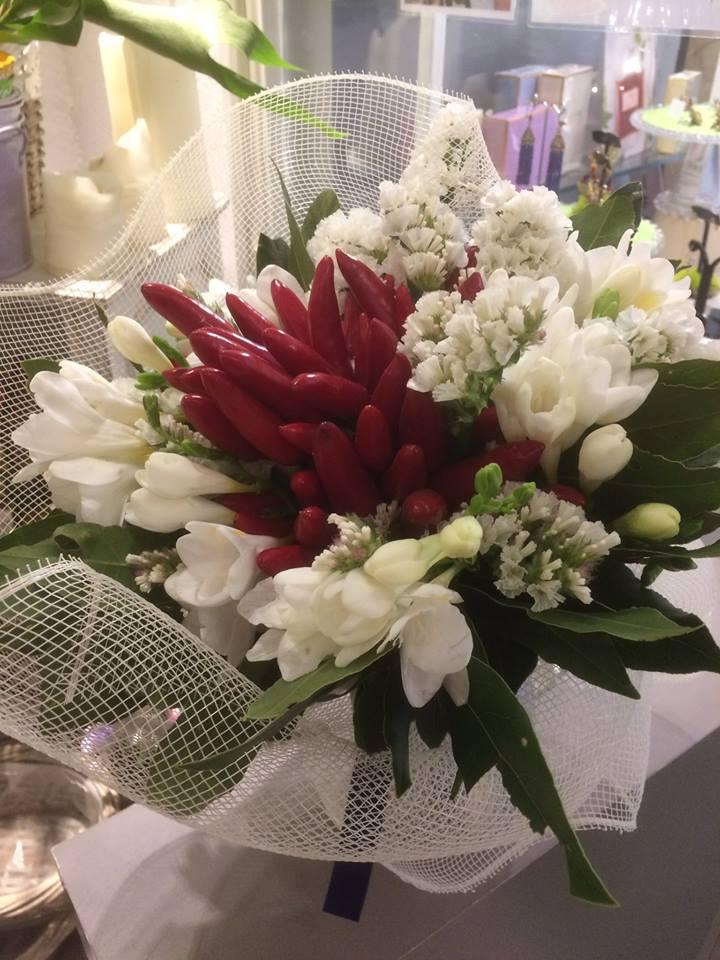 composizione di fiori bianchi e peperoncini