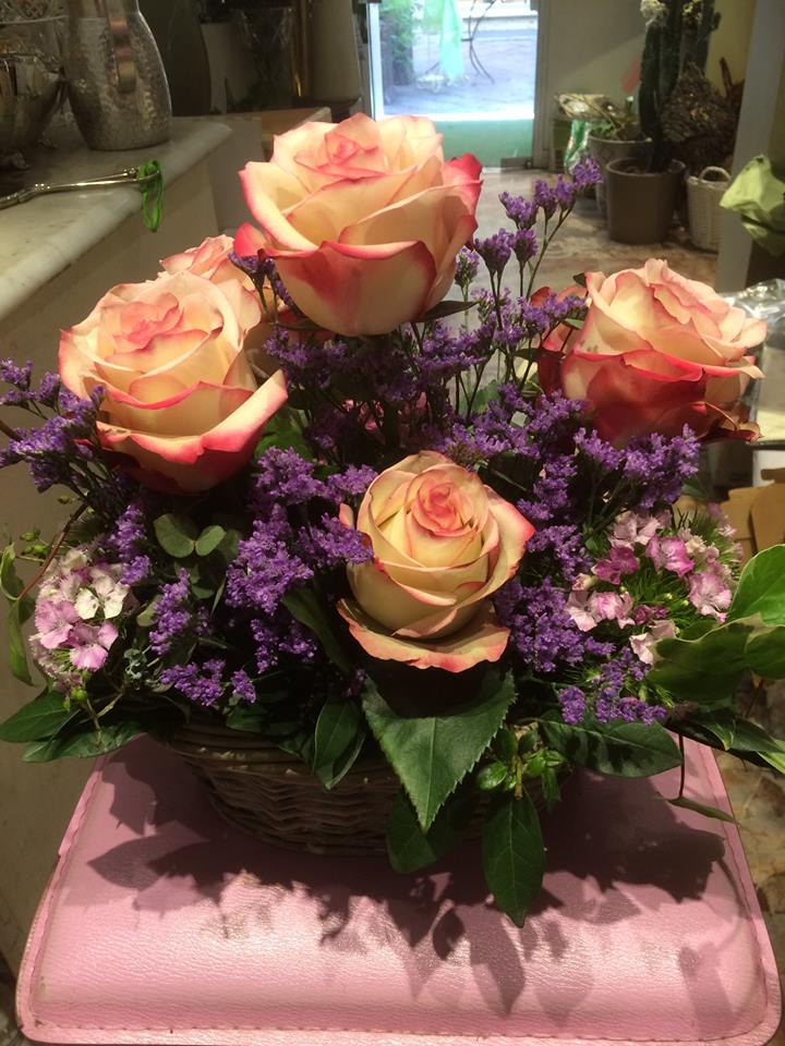 composizione di rose color pesca  e fiori di lavanda