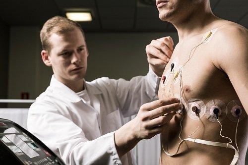 Medico controllando lo sforzo cardiaco dell'atleta