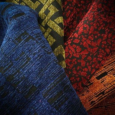 tre tessuti di diversi colori a sfumature nere