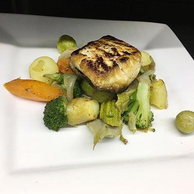 broccoli carote e altre verdure e sopra un pesce grigliato