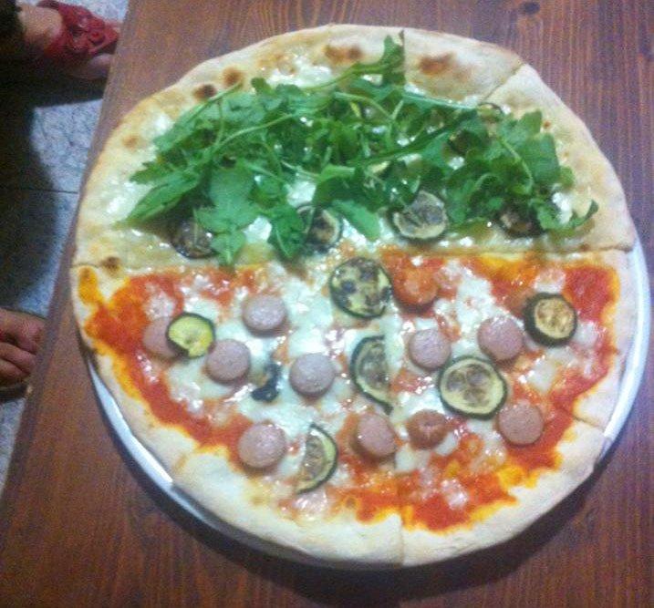 Pizza a metá con wurstel e zucchine e a metá con zucchine e rucola di BAR TRATTORIA PIZZERIA DEL VICOLO