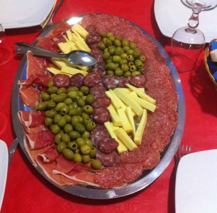 Piatti con prosciutto crudo, salame, formaggi vari ed olive di BAR TRATTORIA PIZZERIA DEL VICOLO