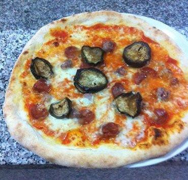 Pizza con melanzane e salsiccia di BAR TRATTORIA PIZZERIA DEL VICOLO
