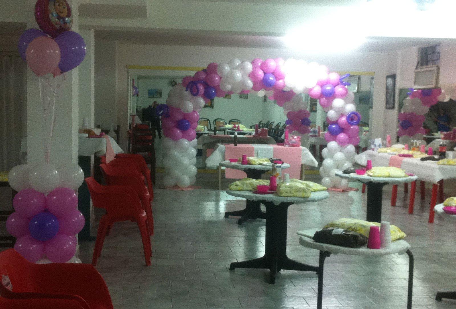 Allestimento per una festa con palloncini e decorazioni di Trattoria del Vicolo ad Alghero