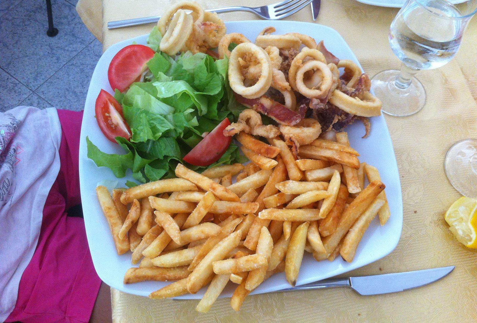 Piatto con fritto misto di pesce e patatine ad Alghero