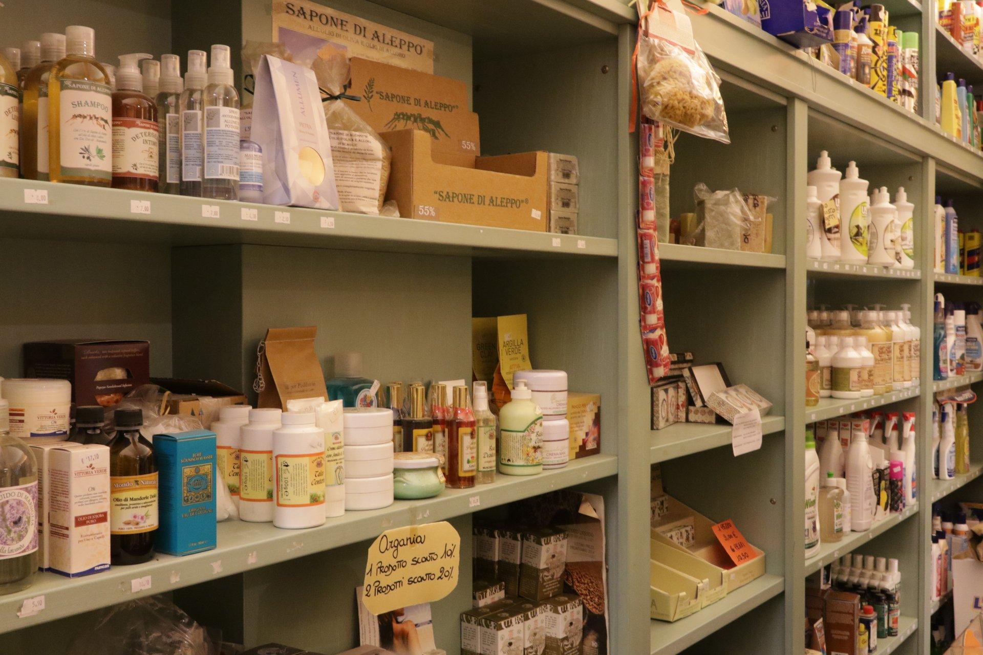 vista laterale di un scaffale con articoli di saponi in un negozio
