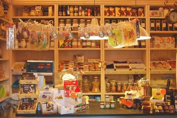 esposizione di dolci e altri prodotti