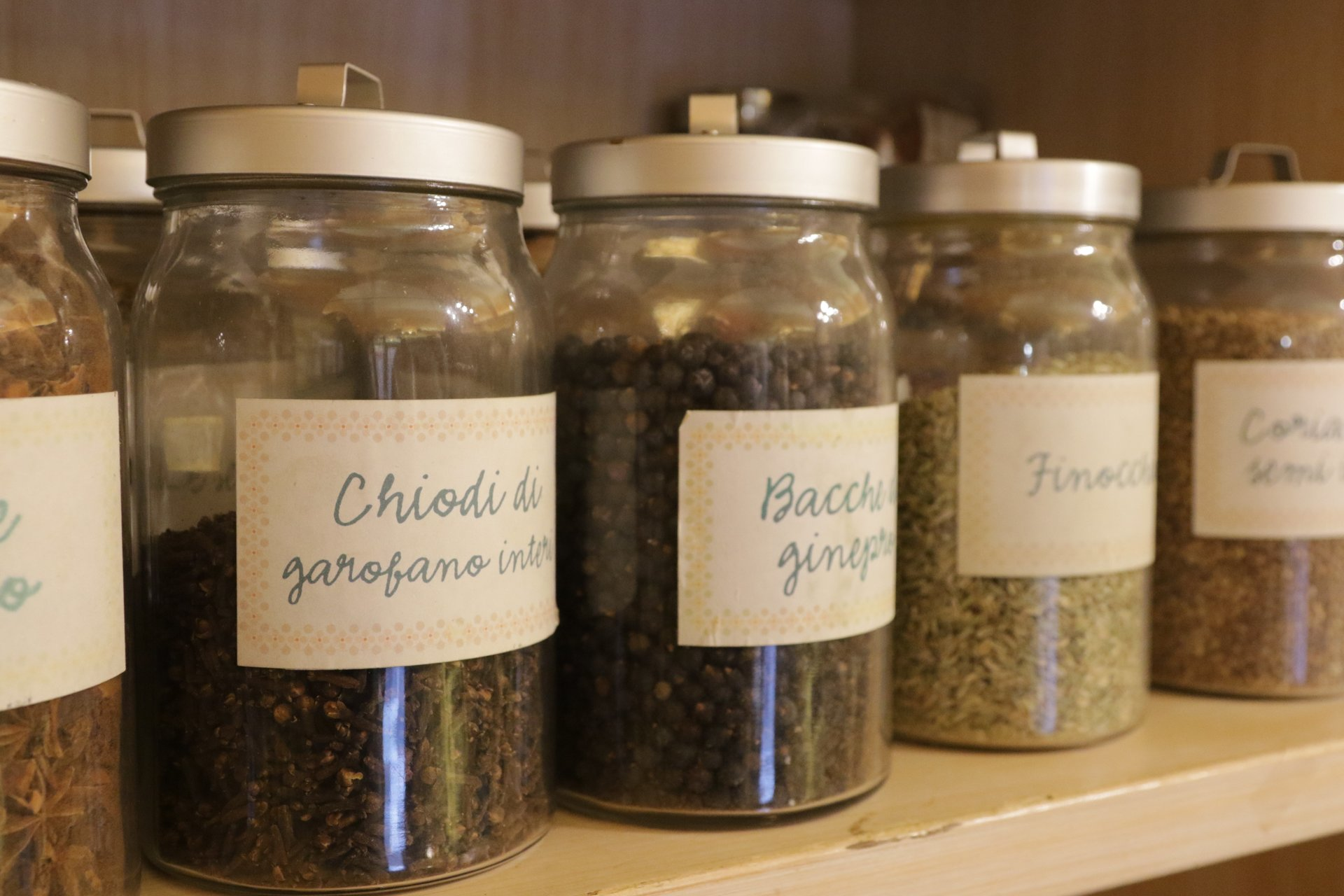 erbe spezie in barattoli di vetro-vista laterale