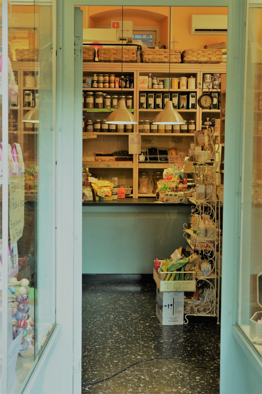 ingresso della drogheria e merceria con sede a Genova