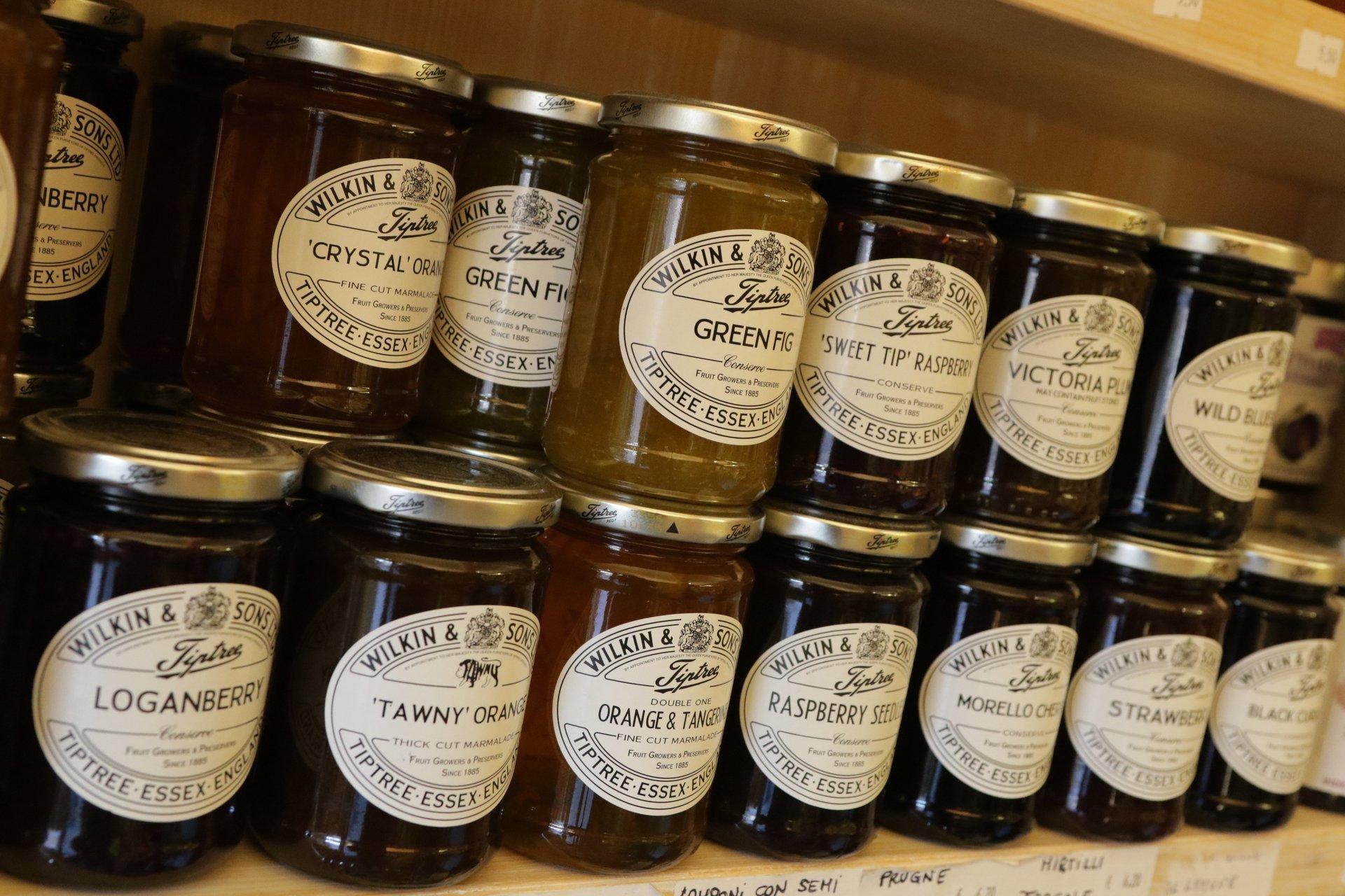 fila di barattoli di marmellate con diverse marca