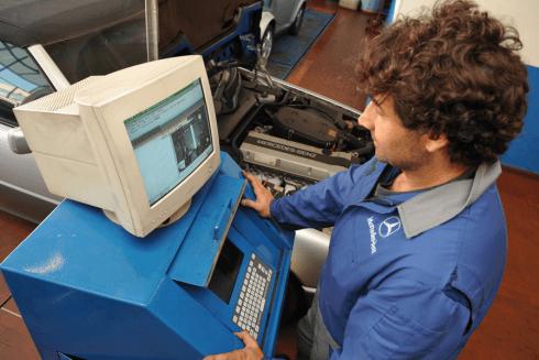 meccanico durante collaudo auto