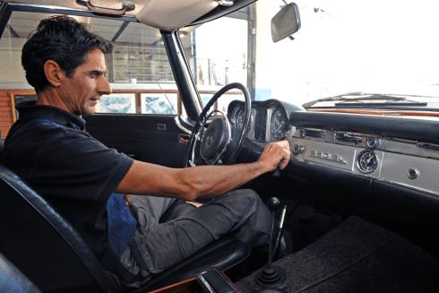 meccanico che collauda un furgone