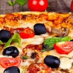 una pizza con mozzarella,olive nere, basilico e pomodorini