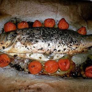 un pesce grigliato con pomodorini