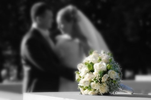 bouquet di fiori con una coppia al fondo