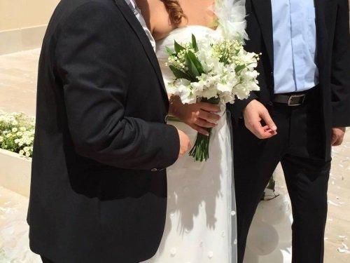 coppia con il bouquet di fiori in mano
