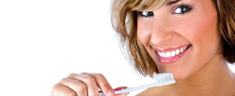 ragazza con spazzolino prima di lavarsi i denti