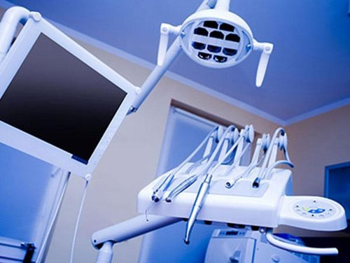 postazione da dentista con strumenti, monitor e lampada