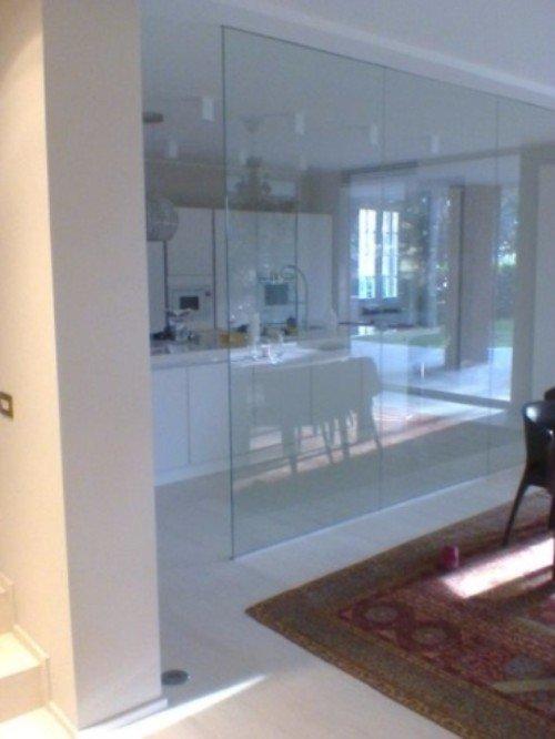 Pareti di vetro tra il soggiorno e la cucina
