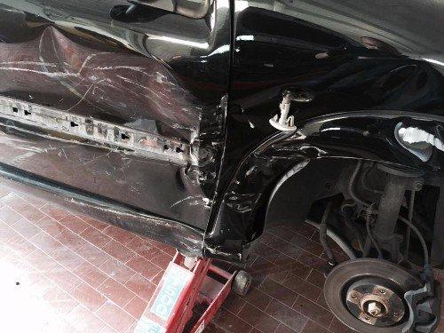 Auto con la porta posteriore danneggiata