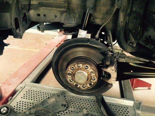 Campione di come si cambia il cerchione danneggiate dell'automobile