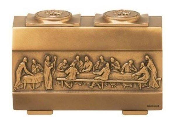 un urna rettangolare in rame con dei disegni dell' Ultima Cena
