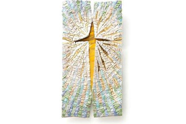un mosaico con una croce gialla al centro