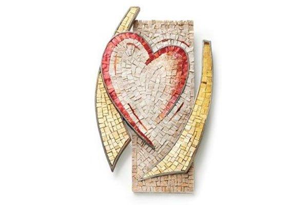 un mosaico giallo,beige con un cuore rosso al centro