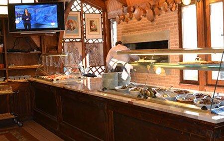 un bancone da cucina in un ristorante con la vista di un forno