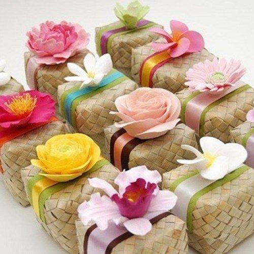 pacchetti regalo con decorazioni floreali
