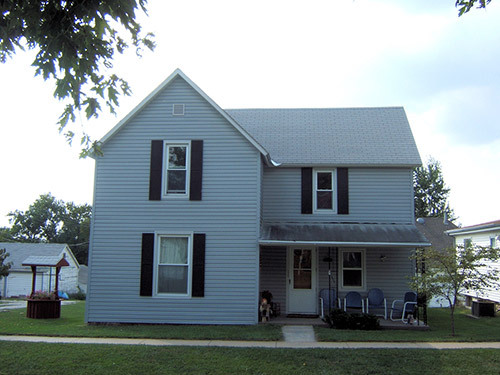 Front view of the house after white siding got repaired by teh contractor in Table Rock, NE