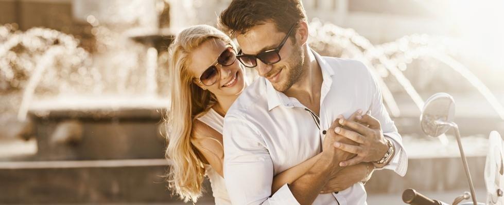 coppia con occhiali da sole